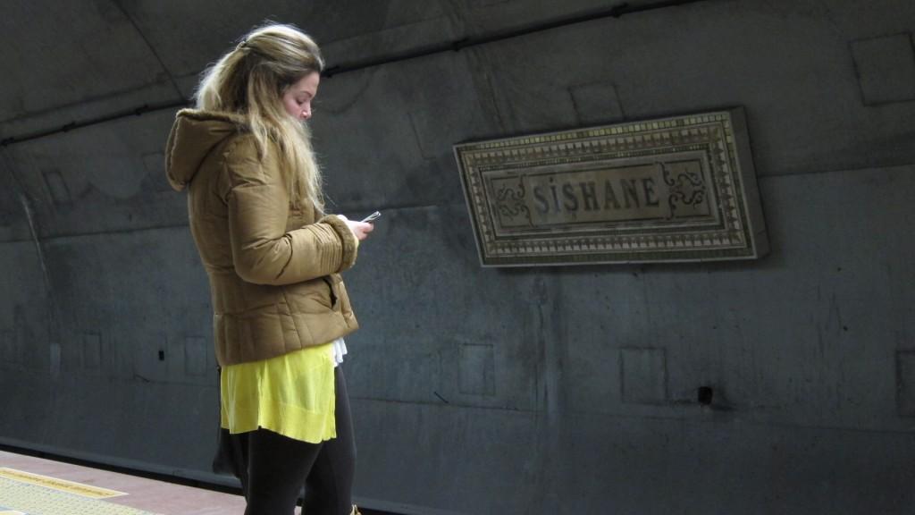 Metro bekleyen kız